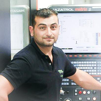 Lucio Cerone von der Förster Technik GmbH vor einer Maschine